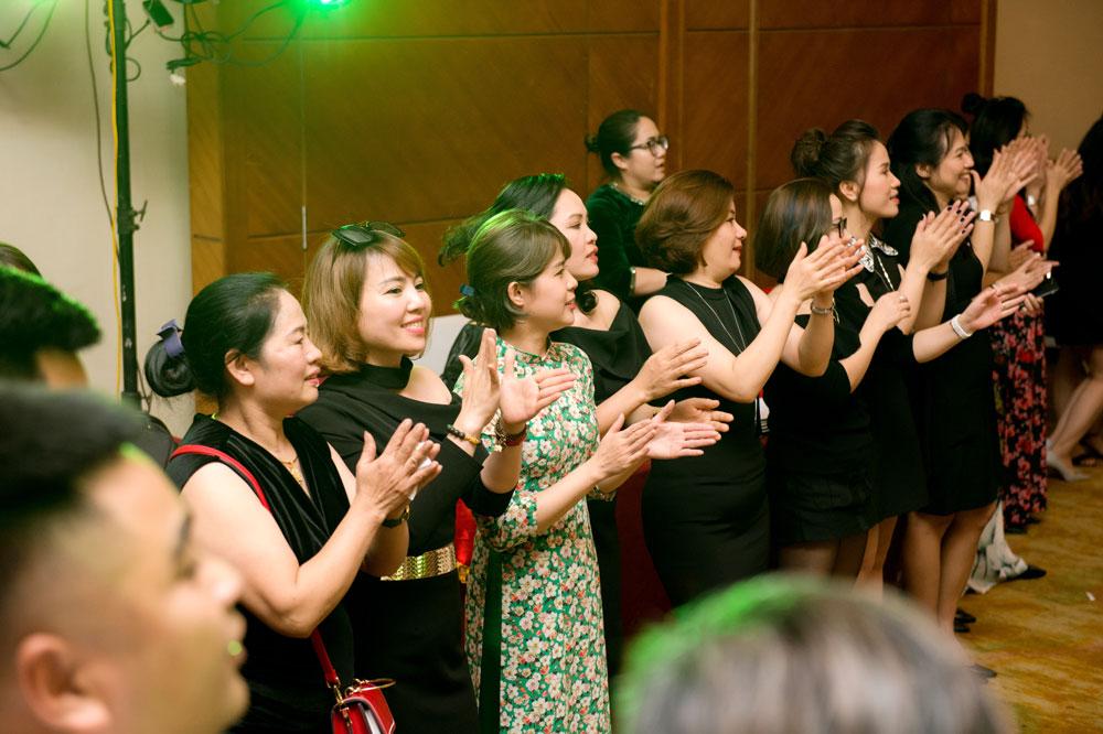 """Chị em Kim Lâm """"xúng xính"""" váy áo, tươi cười hào hứng"""
